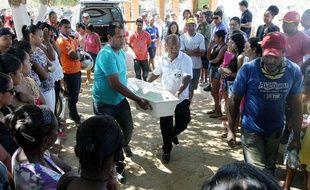 Les funérailles des enfants morts, brûlés vifs par le gardien d'une crèche, ont eu lieu vendredi au Brésil.