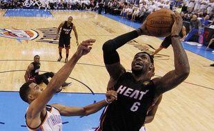 LeBron James à la lutte avec Thabo Sefolosha lors du match 2 de la finale NBA 2012 entre Miami et Oklahoma (jeudi 14 juin 2012)
