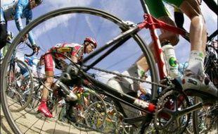"""Le peloton s'attaque au mythe des pavés dimanche dans Paris-Roubaix, la """"reine des classiques"""" de 259 kilomètres qui compte maints prétendants derrière son vainqueur sortant, le Suisse Fabian Cancellara."""