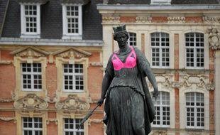 La statue d'une déesse parée d'un soutien-gorge rose, à Lille, à l'occasion du mois d'action contre le cancer du sein, octobre rose.