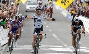 Nick Nuyens (au centre), remporte le Tour des Flandres devant Sylvain Chavanel (à gauche) et Fabian Cancellara (à droite), le 3 avril 2011, à Meerbeke.