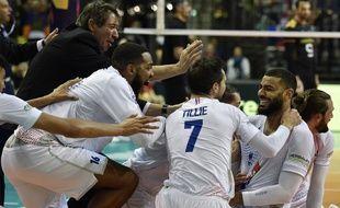 Laurent Tillie et ses joueurs enlancent Ngapeth après la balle de match face à l'Allemagne.