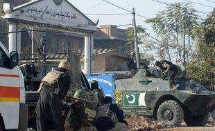 Les forces de sécuirté pakistanaises prennent position devant un centre de formation attaqué par les talibans
