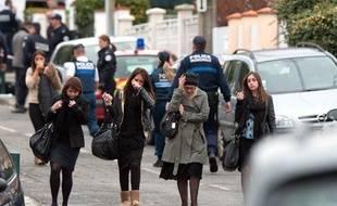 Des familles d'élèves aux abords du collège juif Ozar Hatorah à Toulouse, le 19 mars 2012.