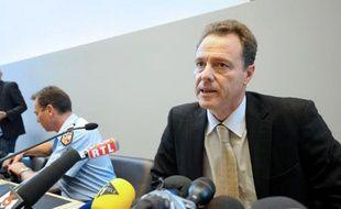 Le procureur d'Annecy a déploré lundi le manque de collaboration du frère d'une des victimes de la tuerie de Chevaline avec les enquêteurs, après les critiques émises par ce dernier, résident britannique, sur l'enquête française.