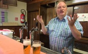 José Cardon donne des cours pour apprendre aux futurs cafetiers à bien servir la bière en Belgique.