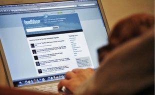 Une personne consulte sa timeline Twitter sur un ordinateur portable.