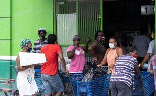 A Belize city, les citoyens se préparent à l'arrivée de l'ouragan Nana mercredi 2 septembre 2020.