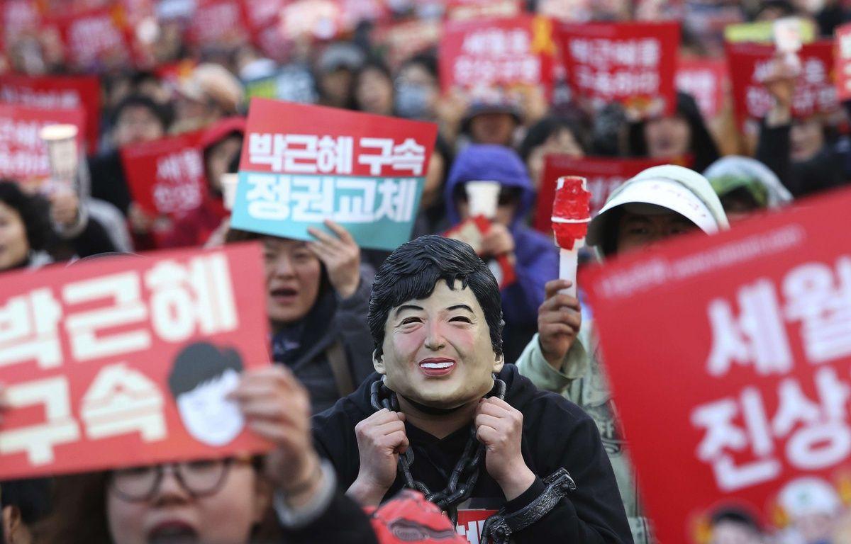 Un manifestant porte un masque à l'image de Park Geun-hye, lors d'une manifestation réclamant son arrestation le 27 mars 2017. –  Ahn Young-joon/AP/SIPA