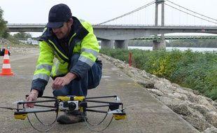 L'un des opérateurs du drones -deux sont nécessaires- lors du test effectué par la SNCF sur le viaduc de Roquemaure, entre le Vaucluse et le Gard, le 5 novembre 2013