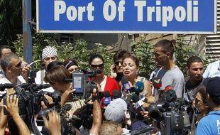 L'organisatrice de la «flottille des femmes», Samar al-Hajj, annonce à la presse le départ prochain du Mariam, qui doit briser le blocus israélien de la bande Gaza, dans le port de Tripoli, au Liban, le 19 août 2010.