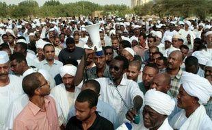 """Des milliers de manifestants ont accusé samedi le président soudanais Omar el-Béchir d'être un """"assassin"""", au sixième jour d'une contestation meurtrière déclenchée par une hausse du prix des carburants dans un pays plongé dans la crise et les violences."""