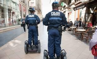 Une patrouille de policiers municipaux dans la rue Sainte-Catherine.