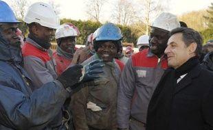 Europe 1 a affirmé vendredi que des ouvriers avaient été appelés en renfort d'autres sites pour gonfler les effectifs d'un chantier de construction de logements visité la veille par Nicolas Sarkozy à Mennecy (Essonne), ce que la présidence a catégoriquement démenti.