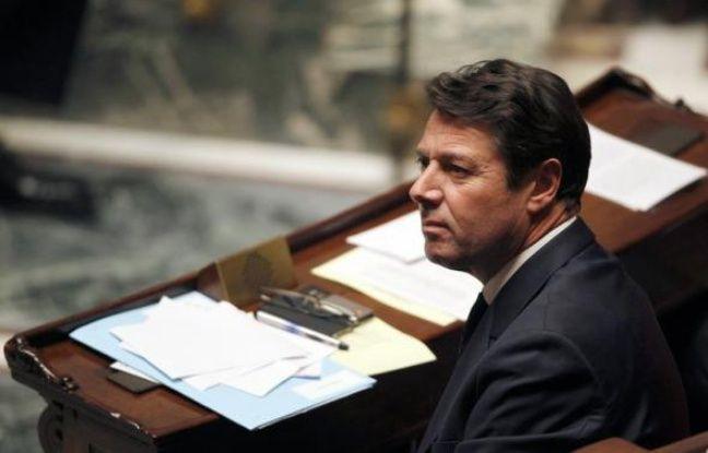 """L'ex-ministre de l'Industrie Christian Estrosi a plaidé mardi pour un report de l'élection du président du groupe UMP à l'Assemblée, le temps de retrouver son siège de député et d'avoir """"une visibilité"""" sur l'attitude des centristes, qui envisagent de créer leur propre groupe."""