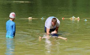 BLASIMON, le 28 août 2018. Cours de natation dispensé par un éducateur du conseil départemental de la Gironde.