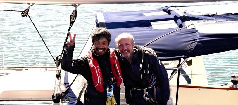 Mitsuhiro Iwamoto et le navigateur américain Doug Smith qui l'a aidé oralement au cours de la traversée.