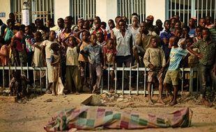 Des enfants devant un corps recouvert à Kinama, au Burundi. 22/07/15