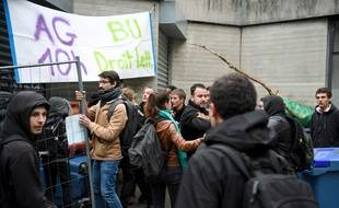 Des étudiants avaient déjà tenté de bloquer l'accès au campus universitaire de Grenoble, jeudi dernier à Saint-Martin-d'Hères. JEAN-PIERRE CLATOT