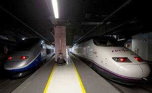 Un TGV de la compagnie française, la SNCF, à côté d'un train de l'entreprise espagnole Renfe à Barcelone, le 15 décembre 2013.