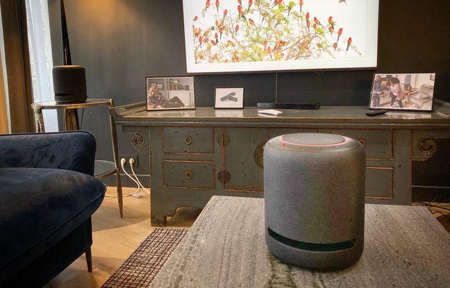 Echo Studio d'Amazon peut être associée à un téléviseur.
