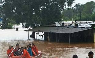 "In this handout photograph taken and released by the National Disaster Response Force (NDRF) on July 27, 2019 NDRF personnel rescue passengers of the Mahalaxmi Express train stranded in a flooded area in-between Badlapur and Vangani following heavy monsoon rains, some 70 kms from Mumbai. - Indian navy helicopters and emergency service boats came to the rescue of about 700 people stuck on a train caught in floods near Mumbai on July 27. The Mahalaxmi Express left Mumbai late Friday for Kolhapur but got only 60 kilometres (37 miles) before it became stranded as torrential rain flooded the tracks. (Photo by Handout / Indian National Defence Response Force (NDRF) / AFP) / -----EDITORS NOTE --- RESTRICTED TO EDITORIAL USE - MANDATORY CREDIT ""AFP PHOTO / Indian National Defence Response Force "" - NO MARKETING - NO ADVERTISING CAMPAIGNS - DISTRIBUTED AS A SERVICE TO CLIENTS"