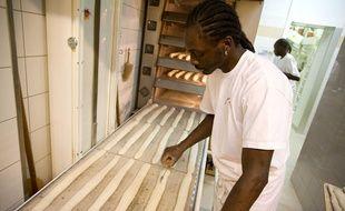 Djibril Bodian, boulanger au 38, rue des Abbesses (18e), en 2010, année où il avait déjà reçu le titre de meilleurs baguette de Paris.