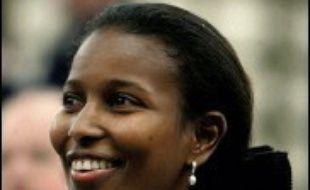 Ayaan Hirsi Ali, députée libérale d'origine somalienne et critique virulente de l'islam, a annoncé mardi qu'elle démissionnait à l'instant de son mandat parlementaire et qu'elle quittait les Pays-Bas après une polémique autour de ses mensonges pour obtenir l'asile politique.