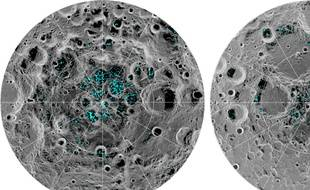 En turquoise, les flaques de glace d'eau présentes sur la Lune, au niveau des pôles.