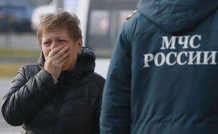 Une femme russe pleure à Saint-Petersbourg après l'annonce d'un crash d'avion en Egypte le 31 octobre 2015.