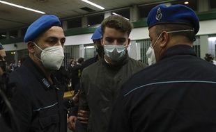Gabriel Natale-Hjorth escorté par deux policiers pendant son procès à Rome, en mai 2021.