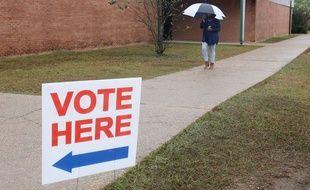 Un panneau indiquant un bureau de vote aux Etats-Unis.