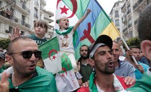 Lors de la manifestation du 25 mai 2019 un homme brandit un drapeau composé du drapeau algérien (en haut) et du drapeau berbère (en dessous).