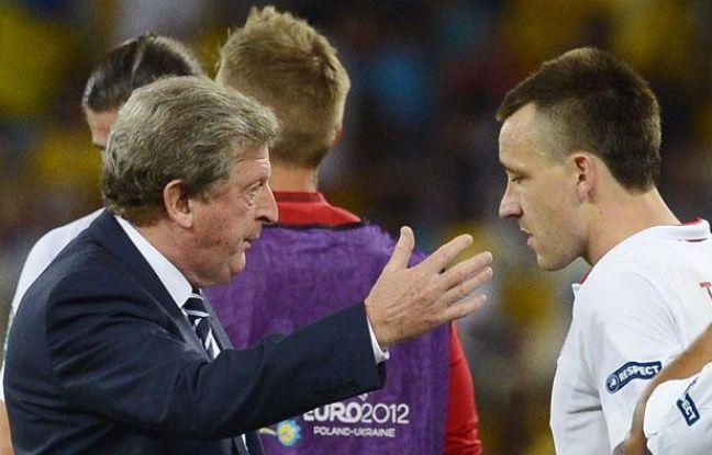 Le sélectionneur anglais Roy Hodgson, en grande discussion avec John terry, le 24 juin 2012, à Kiev.