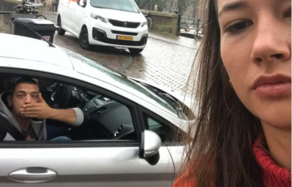 Noa Jansma, une étudiante néerlandaise, a pris des selfies avec tous les hommes qui l'ont harcelée dans la rue. – Capture d'écran compte Instagram Dearcatcallers