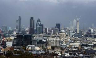 Les régulateurs bancaires enquêtant sur le scandale du Libor se penchent sur les liens entre les traders de la banque britannique Barclays, à l'origine du scandale, et ceux de quatre autres banques européennes, dont deux françaises, selon le Financial Times.