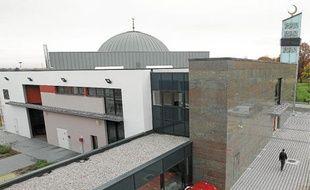 Associée à un centre culturel, la mosquée peut accueillir 1200 fidèles.