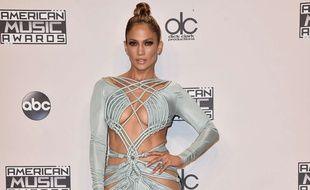 Jennifer Lopez dans une robe très ouverte aux American Music Awards, dimanche 22 novembre à Los Angeles.