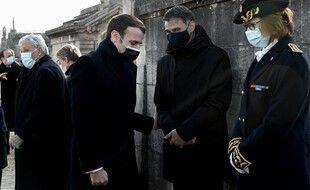Emmanuel Macron au cimetière de Jarnac, avec Olivier Faure, le premier secrétaire du Parti socialiste.