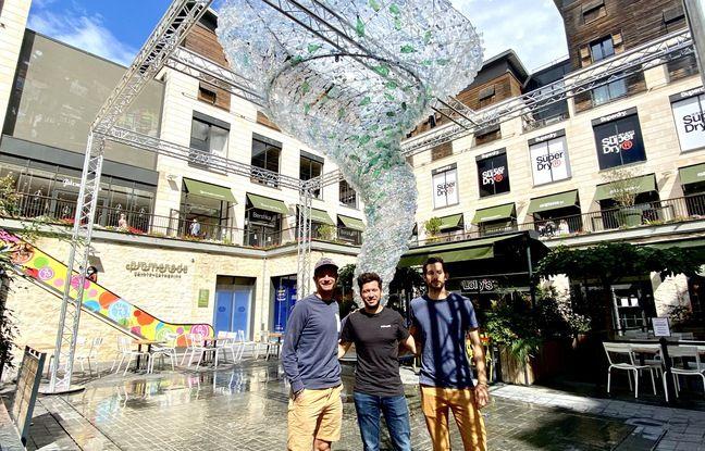 De gauche à droite, Nicolas Thyebaut, Basile Gentil et Thomas Cervetti, de la start-up Nomads Surfing, devant le vortex de bouteilles plastiques à la Promenade Sainte-Catherine.