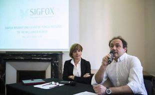 Anne Lauvergeon (g), présidente du conseil d'administration de la start-up Sigfox, aux côtés de son PDG Ludovic Le Moan le 11 février 2015 à Paris