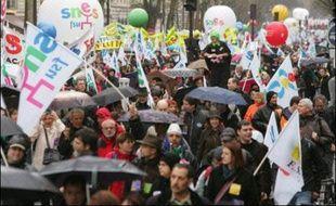 Les enseignants des collèges et lycées redescendent dans la rue mardi, à l'appel notamment du Snes-FSU, leur principal syndicat, bien décidés à rappeler aux candidats à la présidentielle leur poids électoral et leur audience dans l'opinion publique, un mois avant le 1er tour.