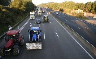 Des tracteurs convergent vers Paris le 3 septembre 2015 sur l'A10 à hauteur de Saint-Arnoult-en-Yvelines