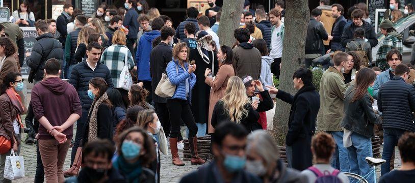 Une foule vivante et masquée dans Paris.