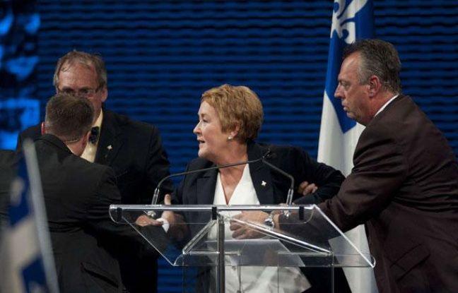 La future Première ministre Pauline Marois évacuée de la scène, où elle prononçait un discours après la victoire du Parti québécois (PQ), le 4 septembre 2012