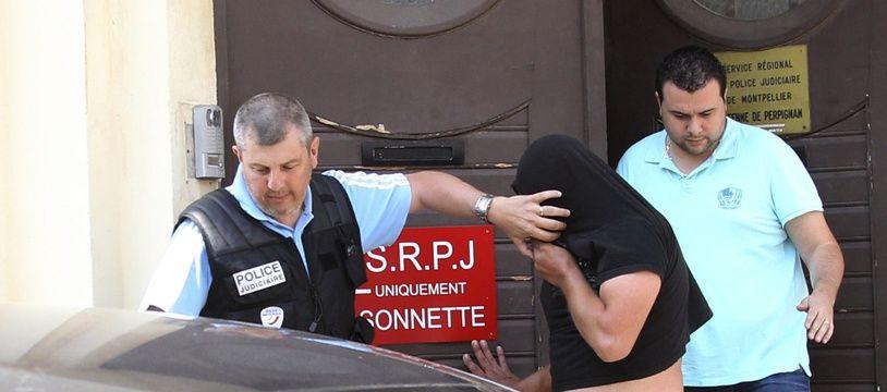 Les policiers escortent Jacques Rancon (C)au tribunal de Perpignan le 9 juin 2015.