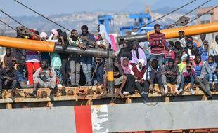 Des migrants africains débarquent dans le port de Carigliano, en Italie.