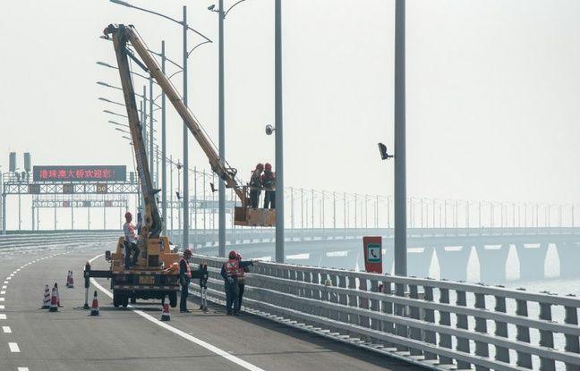 Des travailleurs sur le pont Hong Kong-Zhuhai-Macao.
