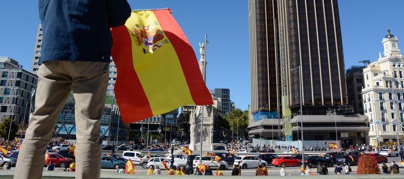 Un drapeau national espagnol à Madrid, ville confinée localement