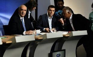 """Evangélos Meïmarakis (à g.), leader de la formation de droite """"Nouvelle Démocratie"""", et Alexis Tsipras, chef de Syriza, s'apprêtent à débattre à la télévision, le 9 septembre 2015 à Athènes"""